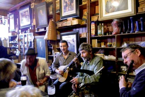 Traditional-music-session-in-pub